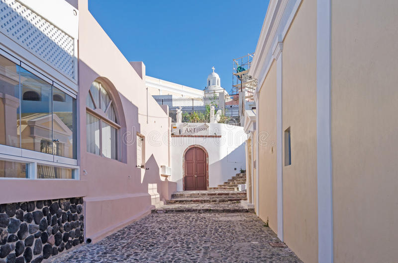 Straat op Santorini met kunstgalerie stock afbeelding