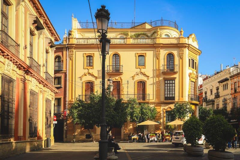 Straat in oud deel van de stad van Sevilla op de zomerdag stock fotografie