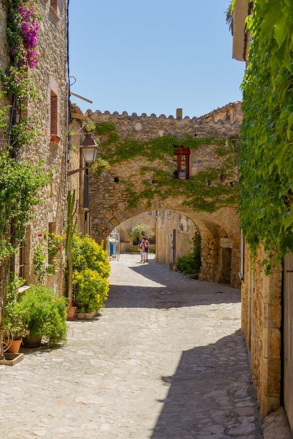 Straat in oud dorp in Catelonia stock fotografie