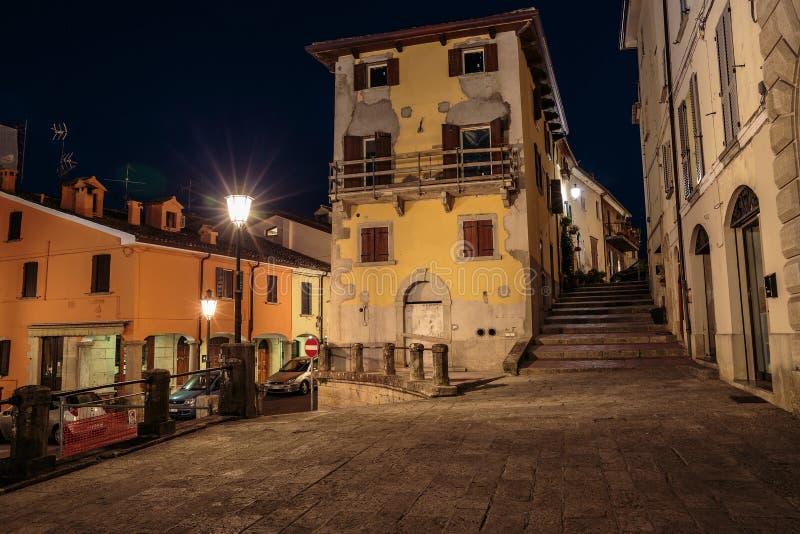 Straat in oude stad in Italië bij nacht royalty-vrije stock afbeelding