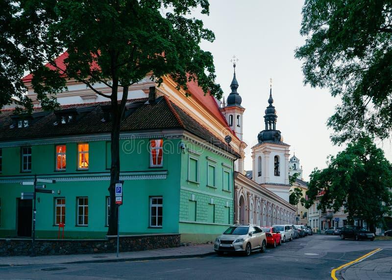 Straat in Oude stad in Vilnius in Litouwen in avond stock foto's