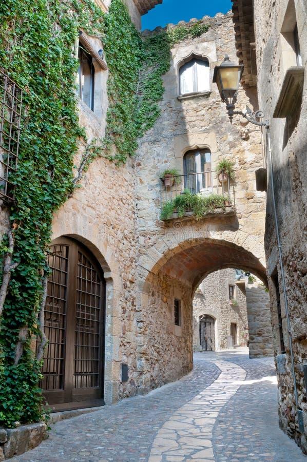 Straat in Peratallada, Spanje stock foto's