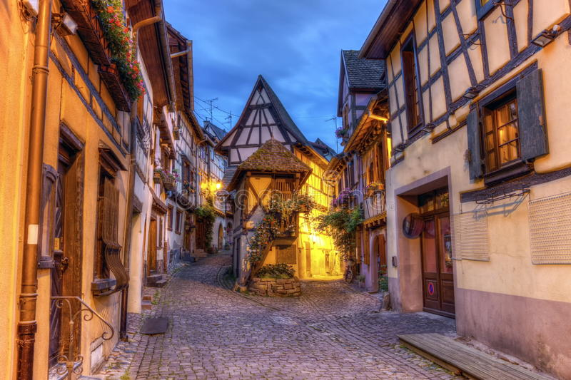 Straat Rempart -rempart-sud in Eguisheim, de Elzas, Frankrijk stock afbeelding