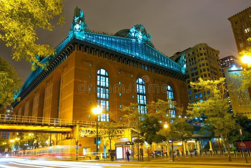 Straat van Chicago bij nacht stock afbeelding