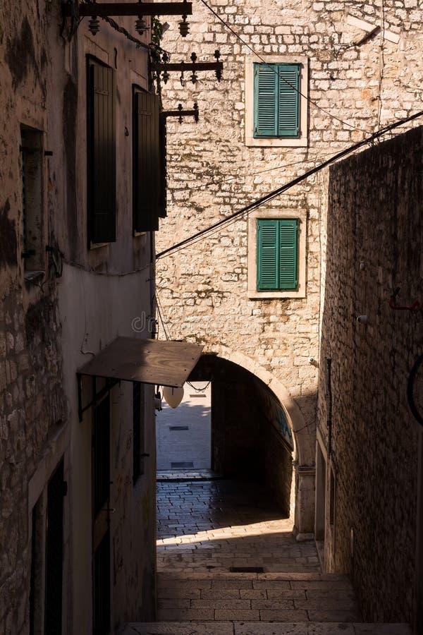 Straat van de oude stad, Sibenik, Kroatië stock fotografie