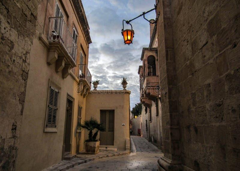 Straat van de Versterkte middeleeuwse stad van stadsmdina Rabat tijdens de zonsondergang, Malta, Europa royalty-vrije stock foto's