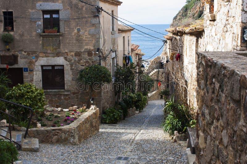 Straat van een Spaans dorp dat op de kusten van Mediter wordt gevestigd royalty-vrije stock afbeeldingen