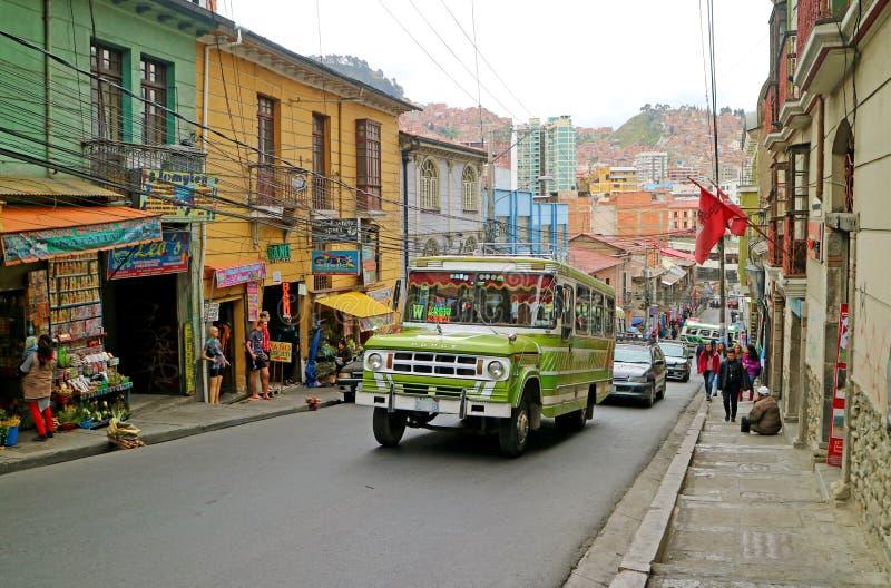 Straat van La Van de binnenstad Paz op de Berghelling met een Unieke Trillende Kleuren Openbare Bus, Bolivië, 26 April 2018 stock foto