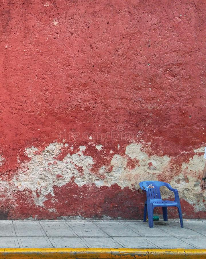 Straat van Merida met rode muur in Yucatan stock foto