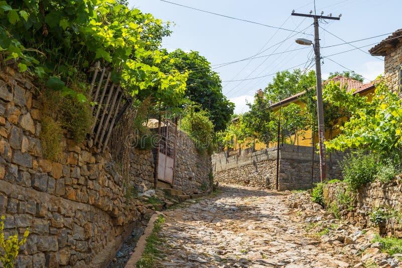 Straat van oude Lin met archaïsch, steengebouwen, Albanië stock afbeelding