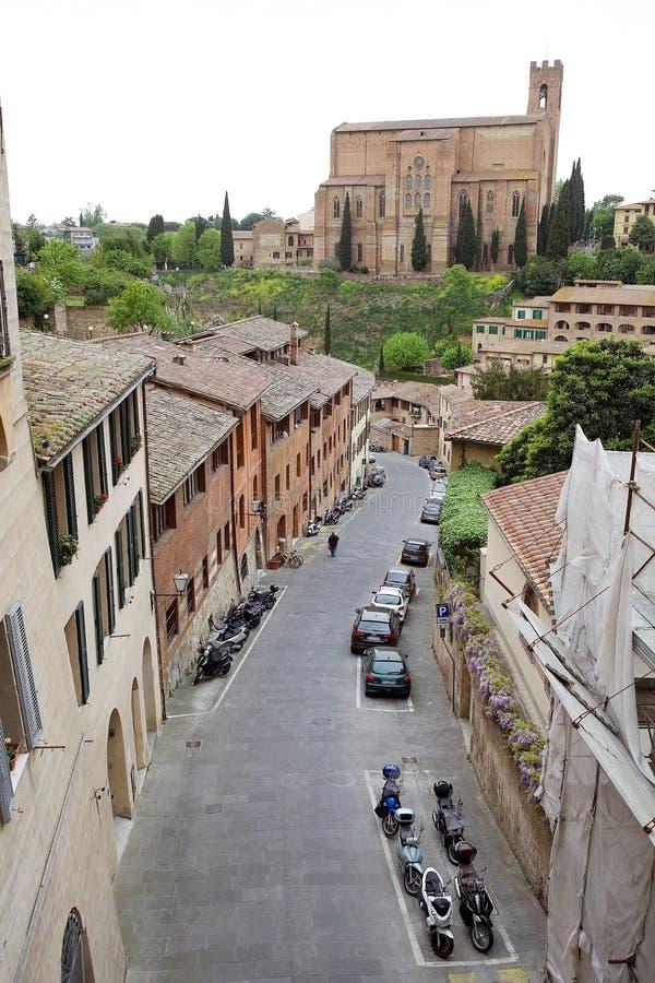 Straat van oude Siena en Basiliek van San Domenico, Toscanië, Italië stock fotografie