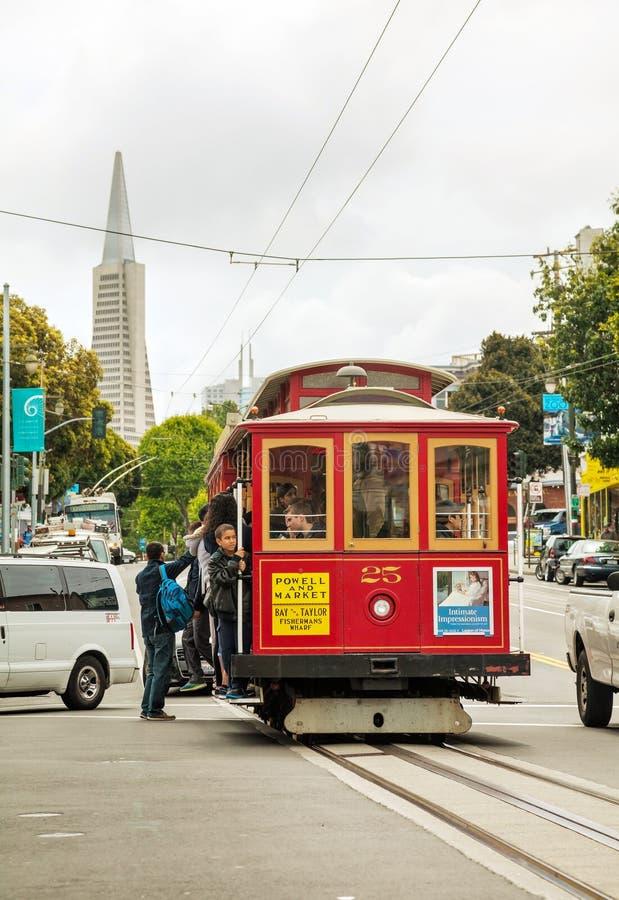 Straat van San Francisco met een ouderwetse kabelwagen stock fotografie