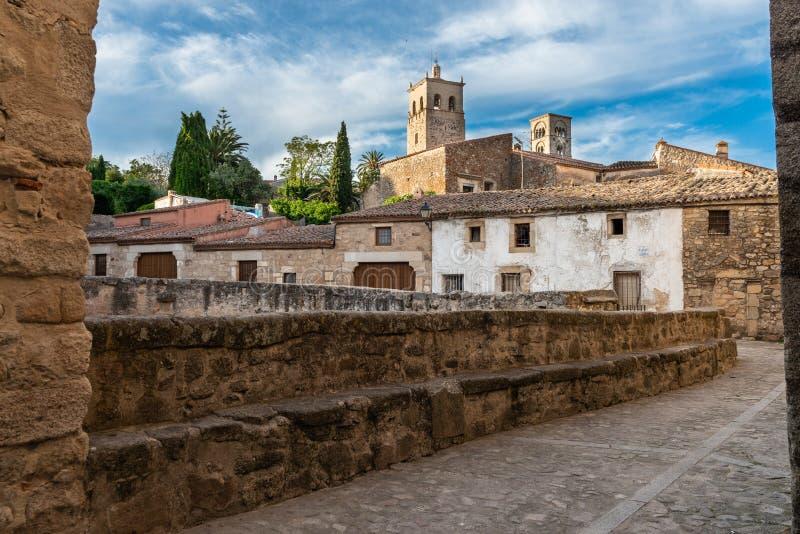 Straat van Trujillo en Torens van de Kerk van Santa Maria la Mayor, Caceres, Extremadura, Spanje royalty-vrije stock afbeeldingen