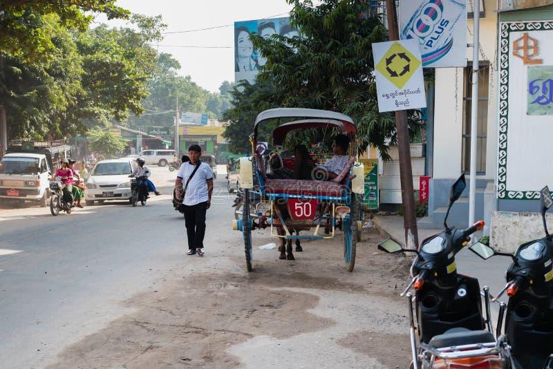 Straat voor Markt Mani-Sithu in Nyaung-U, Myanmar (Birma) stock foto