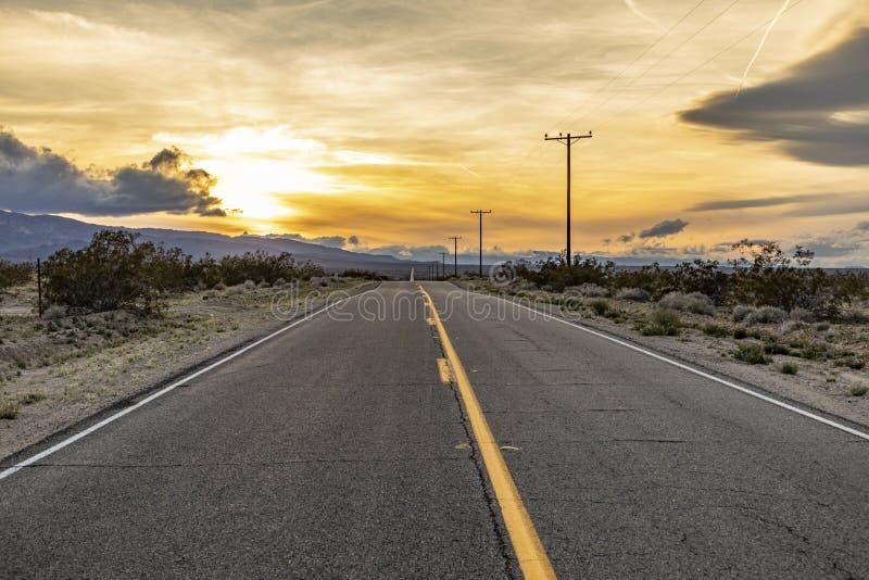 Straat in zonsondergang bij twentyninepalmen in Californië royalty-vrije stock foto