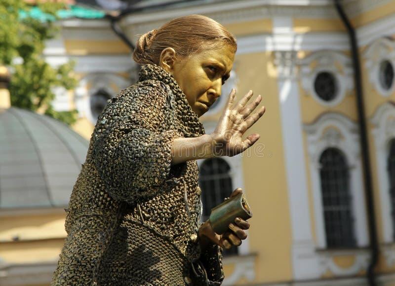 Straatactrice het leven standbeeld in het beeld van een gulzige oude vrouw van beroemde roman door Fyodor Dostoevsky, `-Misdaad e royalty-vrije stock afbeeldingen