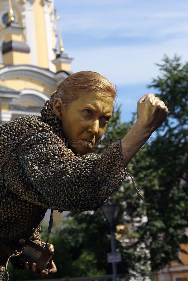 Straatactrice het leven standbeeld in het beeld van een gulzige oude vrouw van beroemde roman door Fyodor Dostoevsky, `-Misdaad e stock afbeeldingen