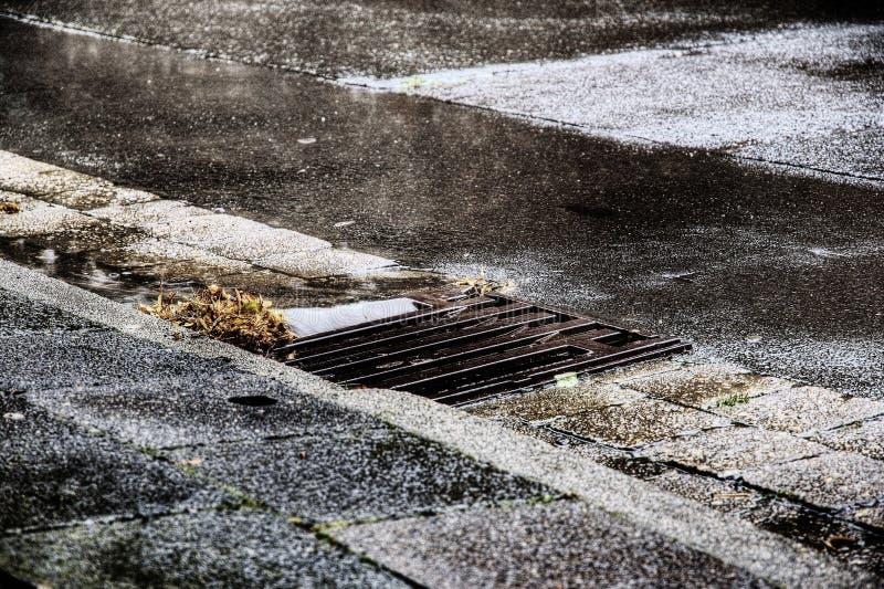 Straatafvoerkanaal tijdens Donderonweer royalty-vrije stock foto