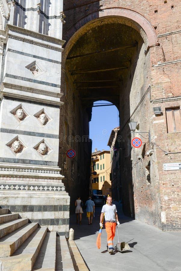 Straatarbeider die in oude Siena op Italië lopen royalty-vrije stock afbeelding