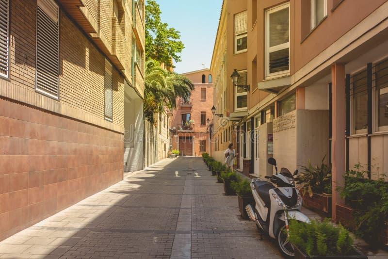 Straatatmosfeer in een typische kleine straat van Barcelona royalty-vrije stock foto's