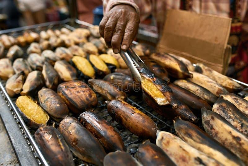 Straatbarbecue met geroosterde bananen in Thailand stock fotografie