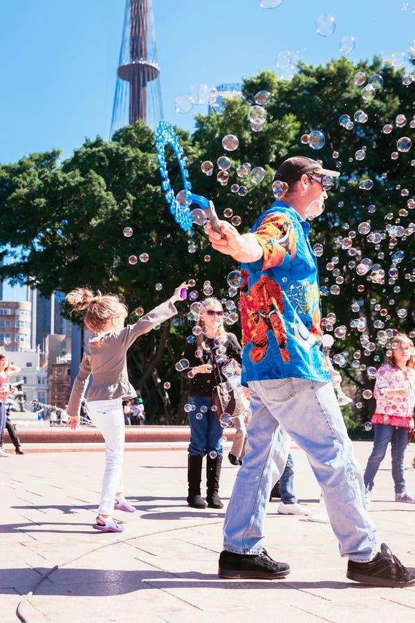 Straatentertainer die jonge kinderen, Sydney Australië onderhouden royalty-vrije stock afbeelding