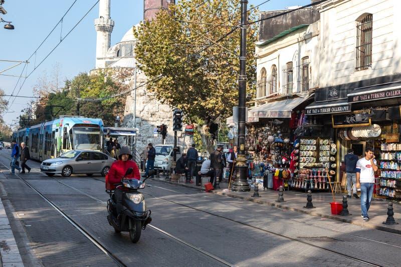 Straatfoto van de Stad van Istanboel met Tram en Menigte het lopen stock afbeelding