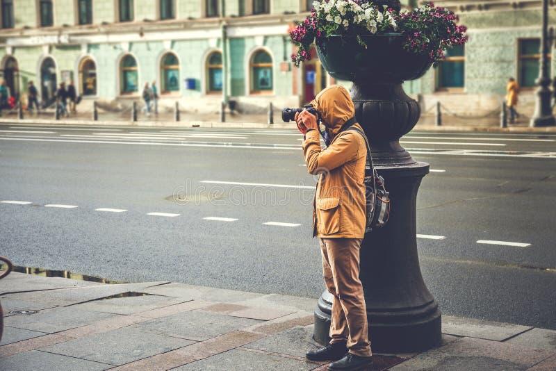 Straatfotograaf, toerist die foto op Nevsky-Vooruitzicht in St. Petersburg nemen stock afbeelding