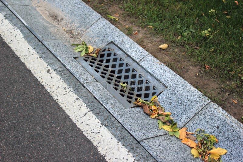 Straatgoot van een systeem van de regenwaterdrainage royalty-vrije stock foto's