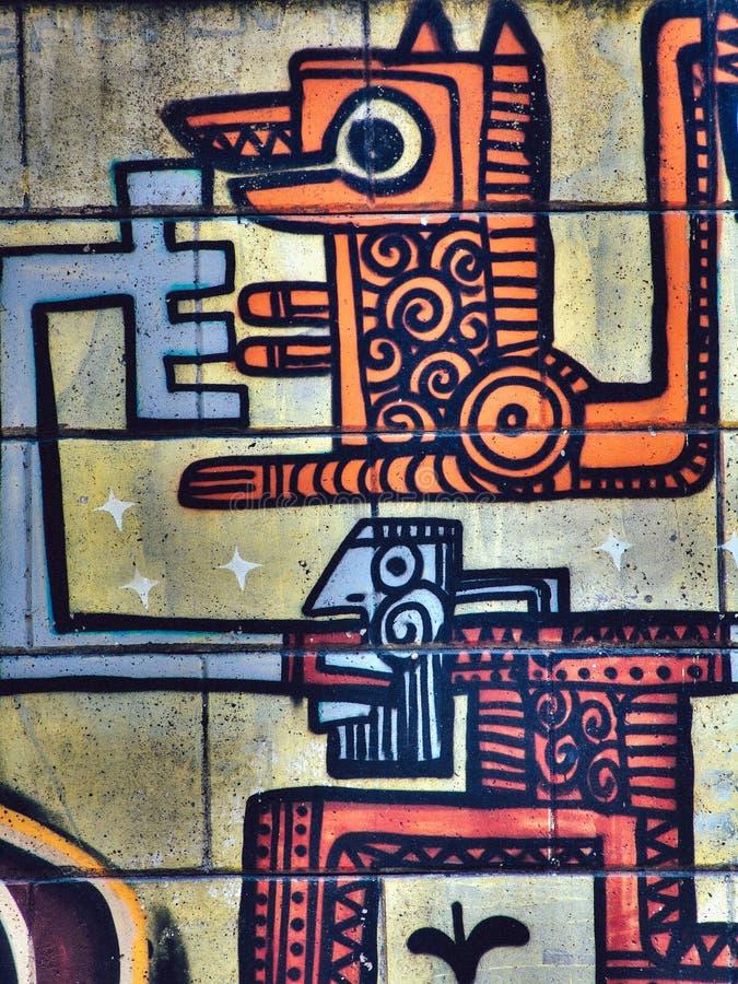 Straatgraffiti op de openbare kunst van de muur abstracte Mayan stijl van een dier Novi Sad Servië 08 14 2010 royalty-vrije stock fotografie