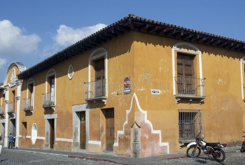 Straathoek in Antigua, Guatemala royalty-vrije stock fotografie
