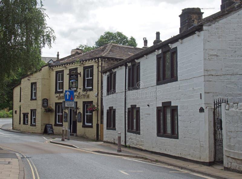 Straathoek in het centrum van het oude dorp in mytholmroyd West-yorkshire met traditionele stenen huizen en de schouder van mutton royalty-vrije stock fotografie