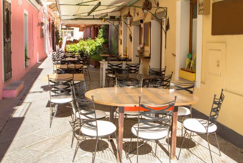 Straatkoffie in La Maddalena Port, Italië stock afbeeldingen