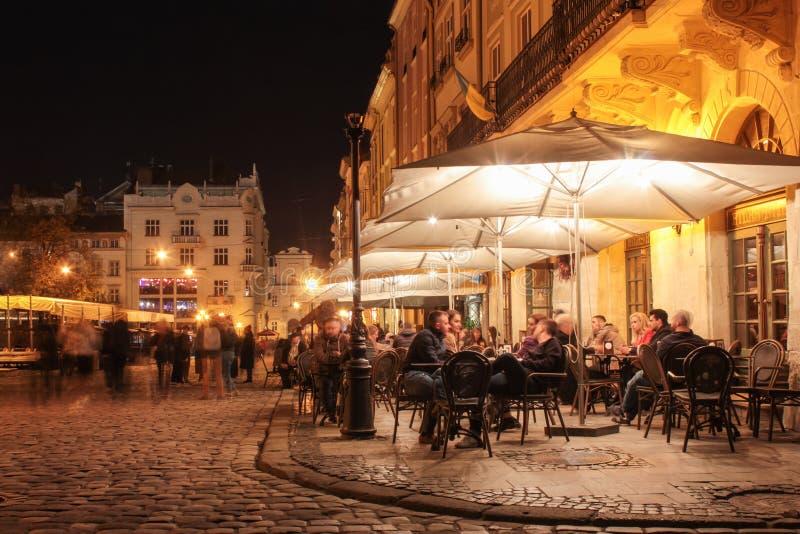 Straatkoffie op de oude straten van de nachtstad stock fotografie