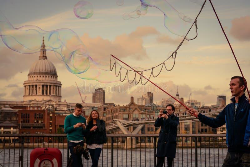 Straatkunstenaar het creëren borrelt met zeep voor het Tate Modern-museum in het Zuidenbank van Londen royalty-vrije stock fotografie