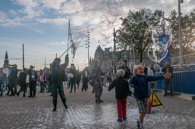 Straatkunstenaars die zeepbels werpen royalty-vrije stock foto