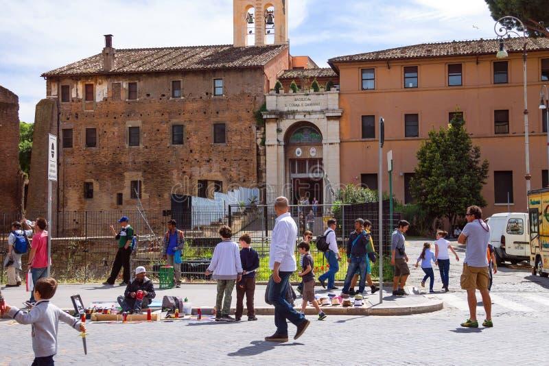 Straatkunstenaars en handelaren onder toeristen in Rome, Italië royalty-vrije stock foto's
