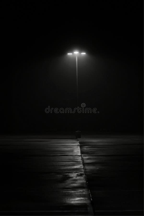 Straatlantaarn bij nacht in lichte mist stock foto's