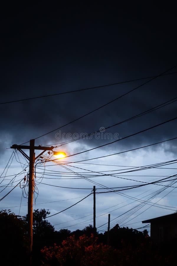 Straatlantaarn bij nacht met een stormachtige hemelachtergrond stock fotografie