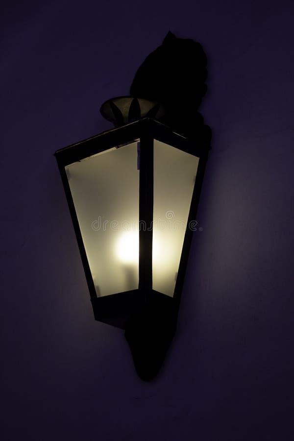 Straatlantaarn bij nacht wordt aangestoken die royalty-vrije stock afbeeldingen