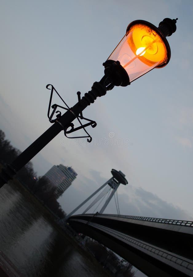 Straatlantaarn bij schemer dichtbij rivier royalty-vrije stock foto