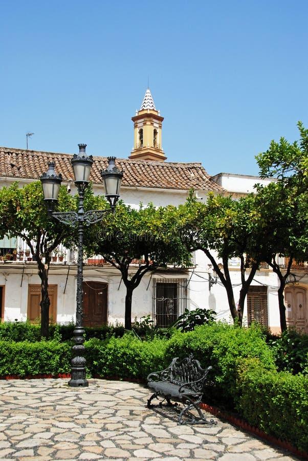 Straatlantaarn en bank in vierkant, Estepona royalty-vrije stock foto