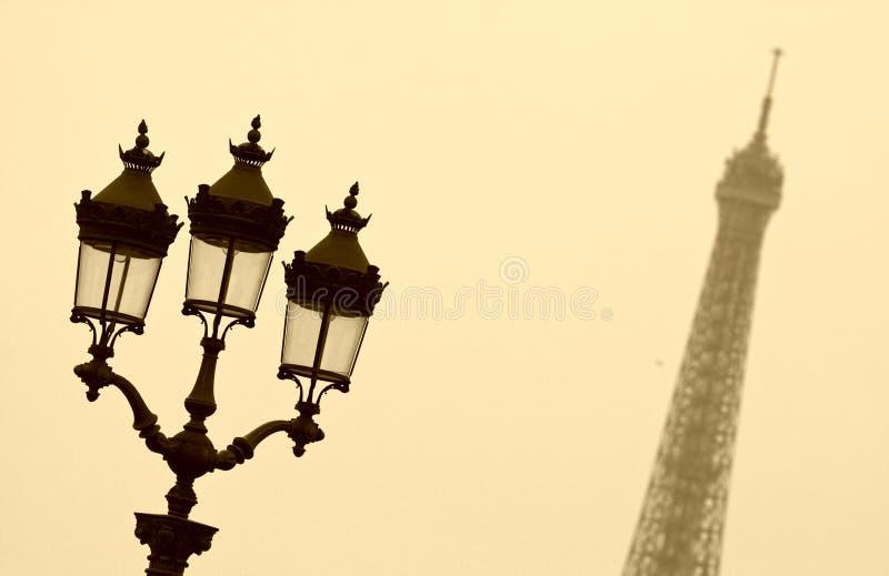 Straatlantaarn en de toren van Eiffel royalty-vrije stock foto