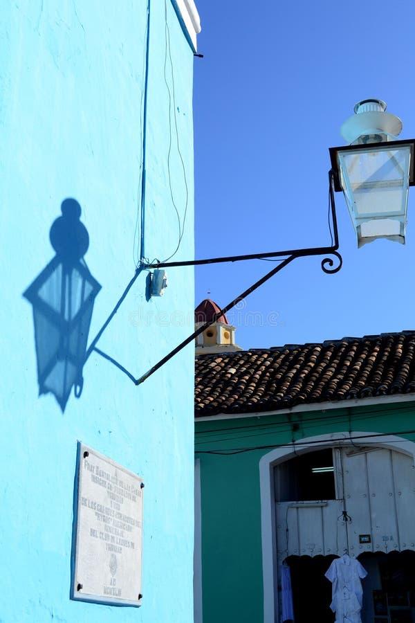 Straatlantaarn en zijn schaduw op de muur Trinidad, Cuba stock afbeelding