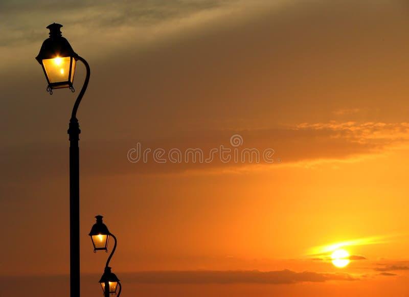 Straatlantaarn en zonsondergang royalty-vrije stock foto