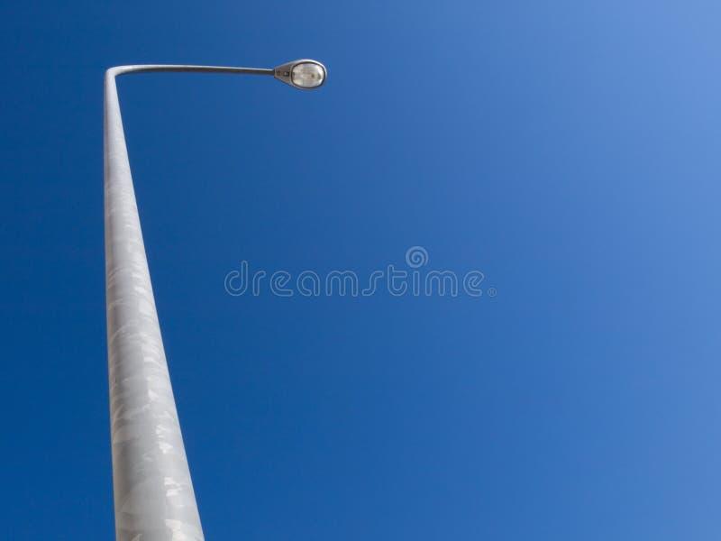 Straatlantaarn met grote blauwe hemel royalty-vrije stock foto's
