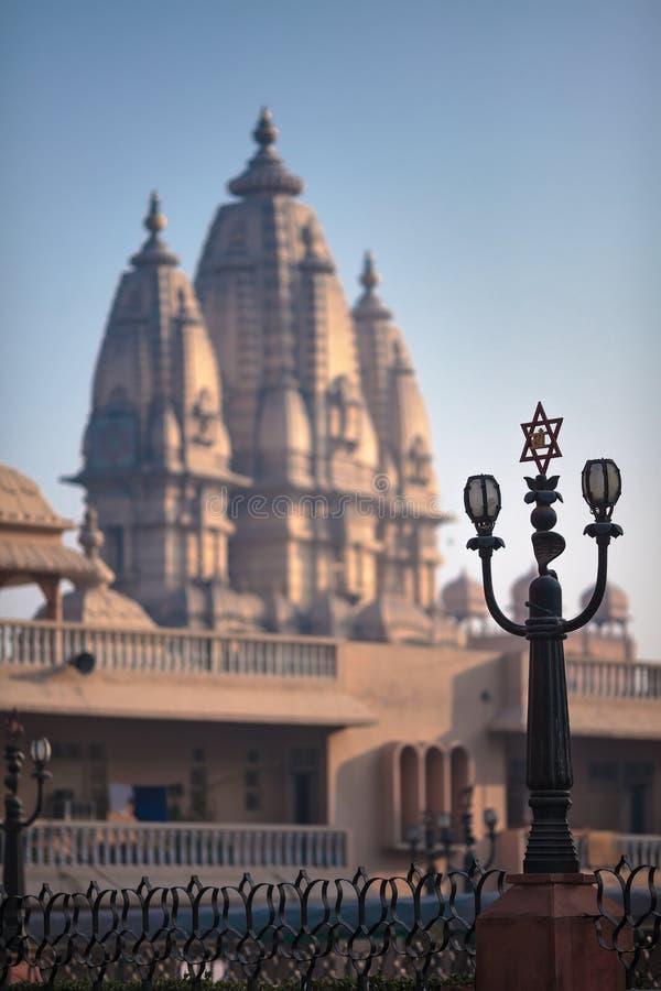 Straatlantaarn met het beeld van een Hindoese hexagram stock afbeelding