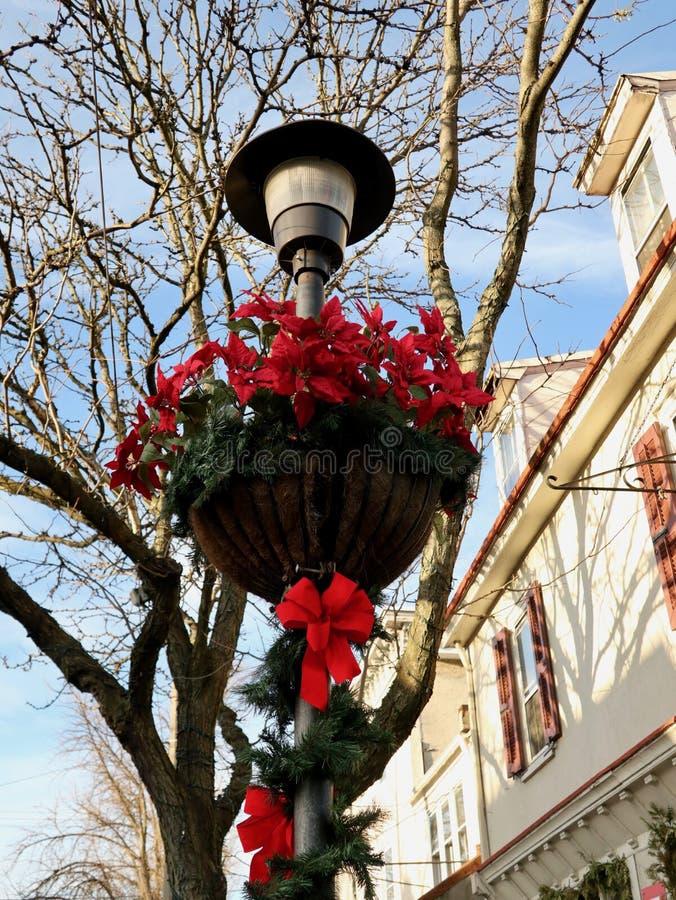 Straatlantaarn met Rode Vakantiedecoratie stock afbeelding