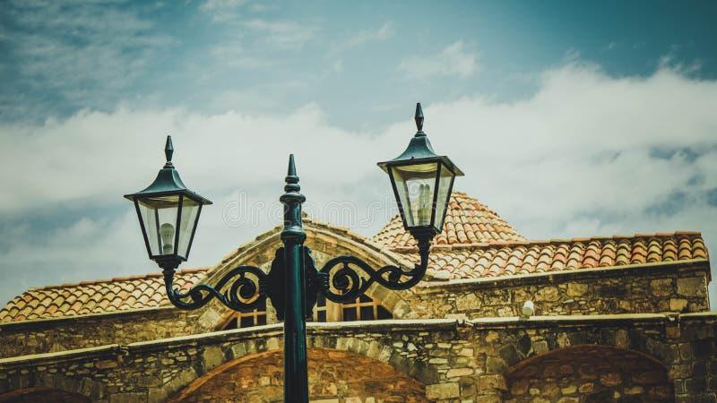 Straatlantaarn op de achtergrond van een bruin baksteenhuis en een blauwe hemel in Cyprus royalty-vrije stock foto's