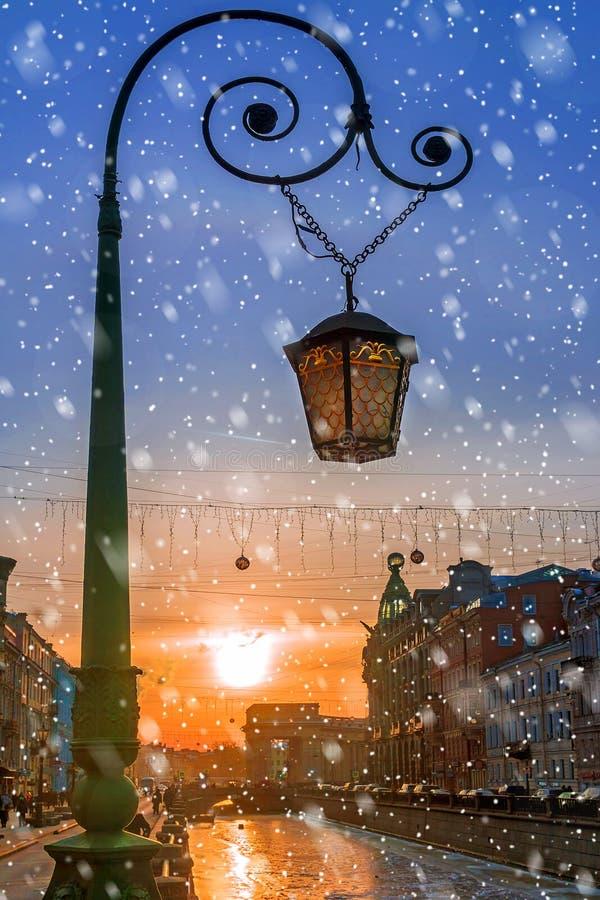 Straatlantaarn in St. Petersburg bij zonsondergang, Rusland stock foto's